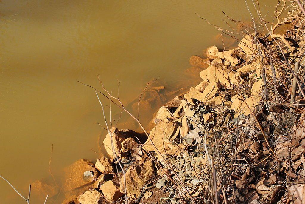 Eisenhydroxid-Verunreinigungen in der Spree bei Premnitz