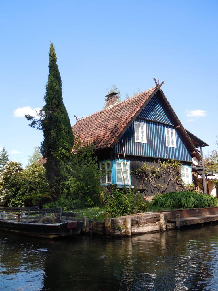 Historische Gutshöfe säumen die Ufer